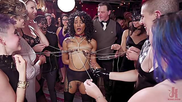 Große MILF Dee Williams und zierliche Sklavin Eliza Jane in BDSM-Dreier