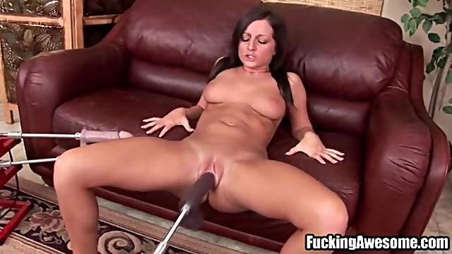 Dildo machine fucks her bald pussy deep