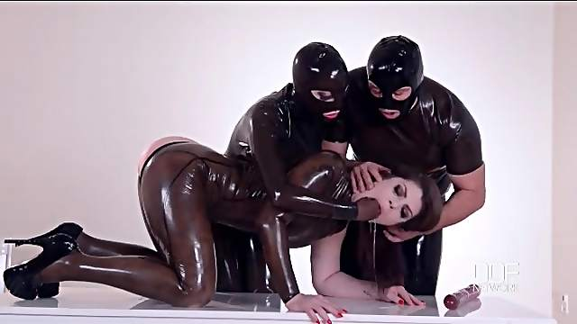 Latex fetish threesome with deep cunt fisting