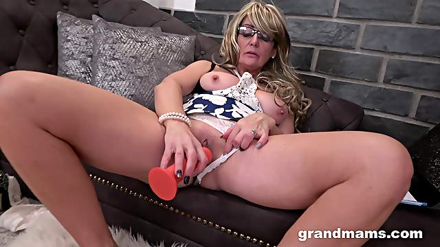 Dirty solo mature spreads her legs to finger her wet fuck hole