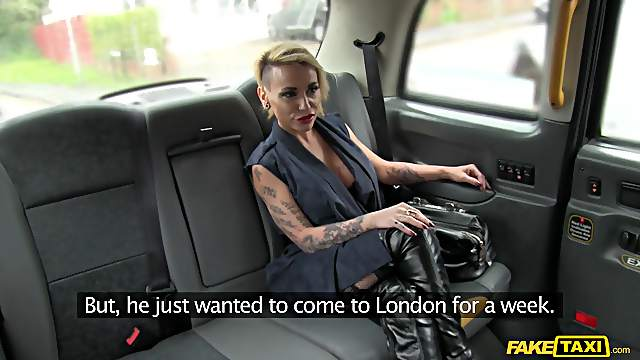 Die vollbusige tätowierte Puta Gina Snake wird im Auto gebumst