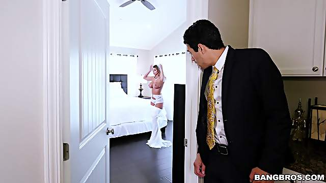 MILF is keen to fuck the best man right on her wedding day