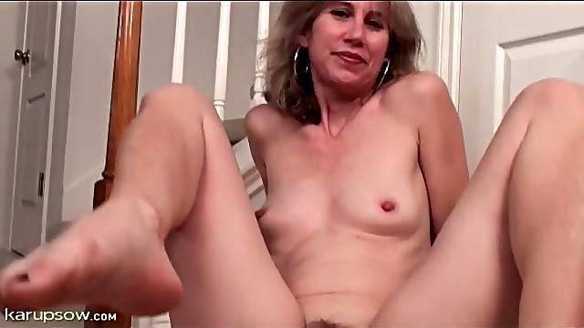 Skinny milf Olivia Jones shows pussy close up