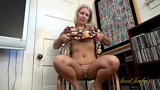 Fat butt and big tits are sexy on a fingering milf
