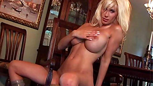 Blonde babe in naughty solo