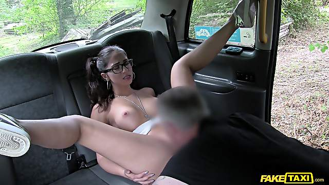 MILF gets her pussy enlarged and jizzed by the cab driver